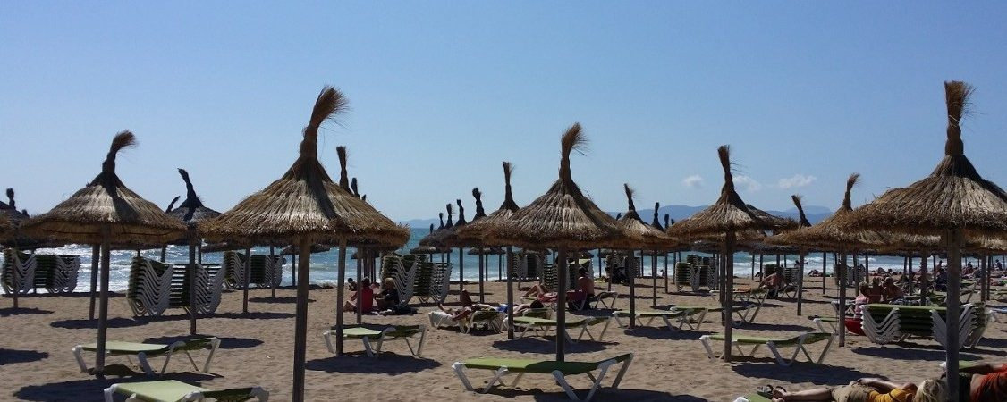 Beach, sports and shopping: 3 types of tourists and one day of holidays in Playa de Palma
